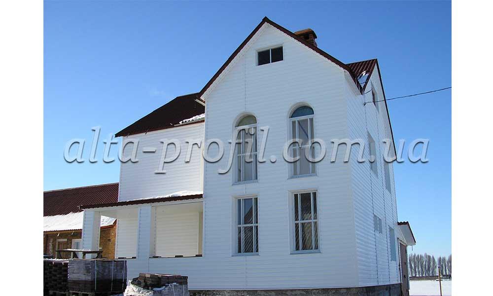 Облицовка здания белым сайдингом от Альта-Профиль.