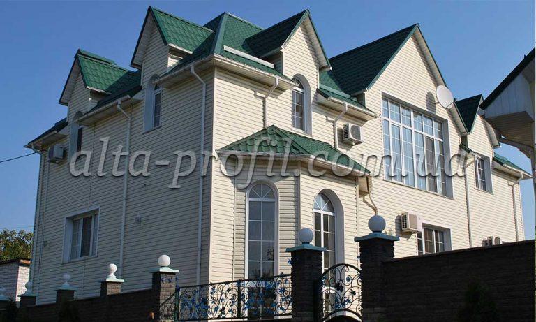 Облицовка дома кремовым сайдингом Alta Siding от Альта-Профиль