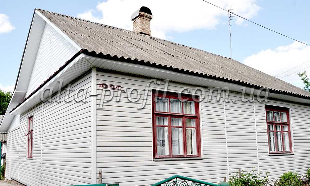 Сайдинг бежевый Альта Профиль в отделке дома