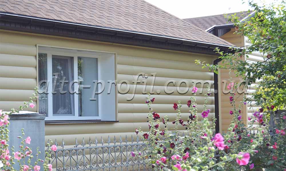 Фото дома с золотистым сайдингом под бревно от Альта-Профиль. Block House - виниловый сайдинг под бревно.