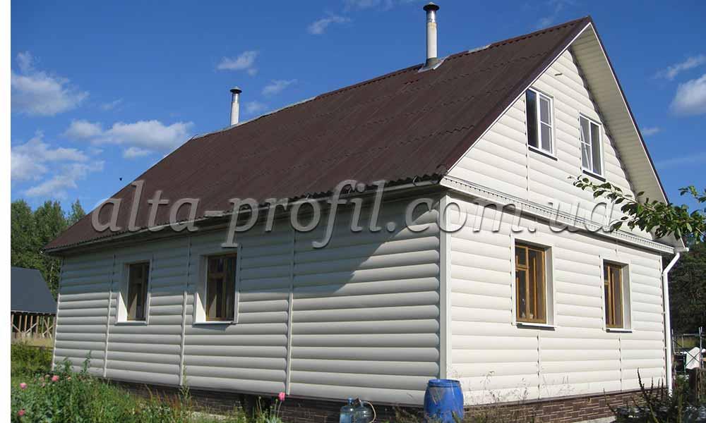 Облицовка дома бежевым сайдингом под блок хауз от Альта-Профиль. Block House - виниловый сайдинг под бревно.