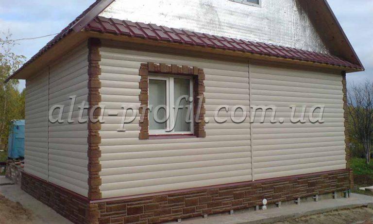 Облицовка дома бежевым сайдингом под блок хауз и цокольным сайдингом под камень от Альта-Профиль