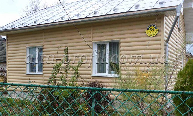 Облицовка фасада дома сайдингом под блок хаус. Block House золотистый от Альта-Профиль.