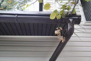 водосток пластиковый на крыше фото