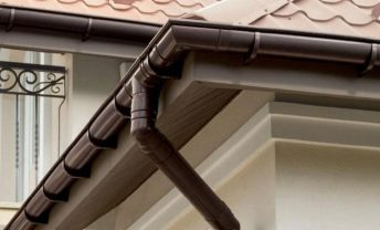 фото на доме, водосточная система коричневая