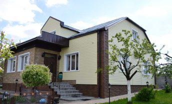 Фото дома обшитого сайдингом и цокольными панелями