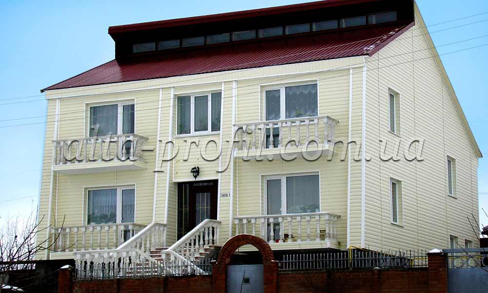 фото сайдинга на доме с балконами
