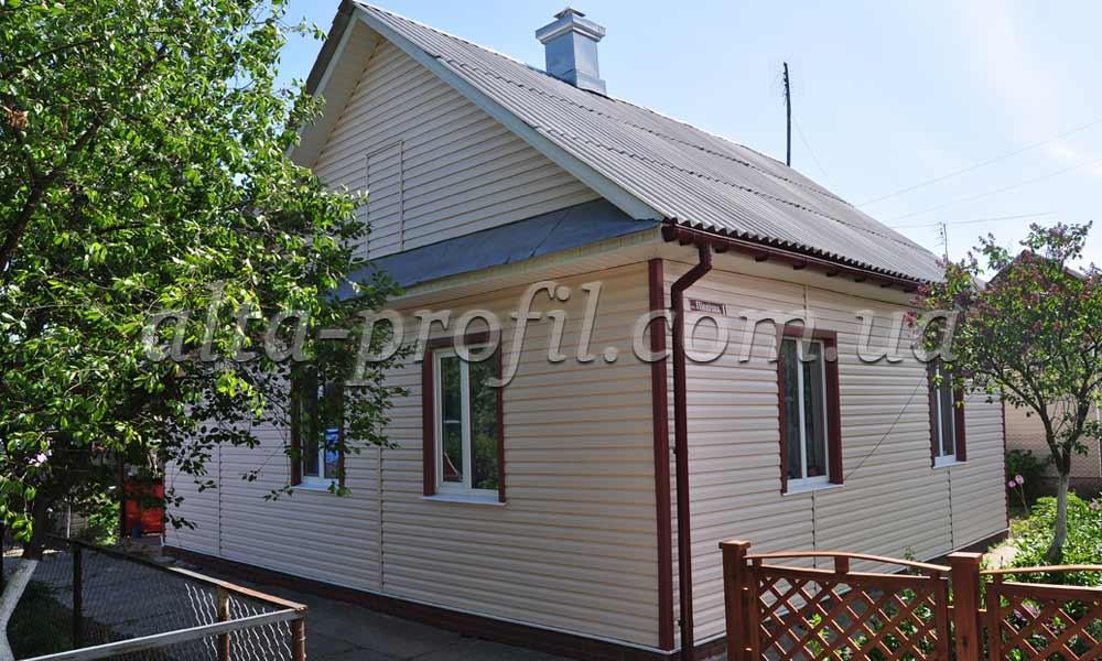 Фото дома с сайдингом светлым и темными углами