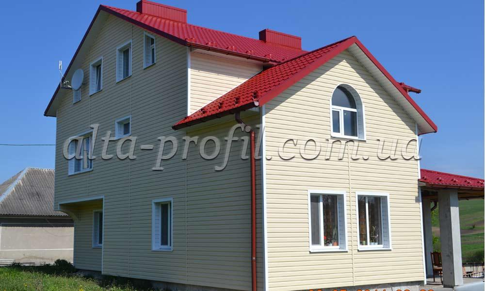 Светлый сайдинг с красной крышей, фото