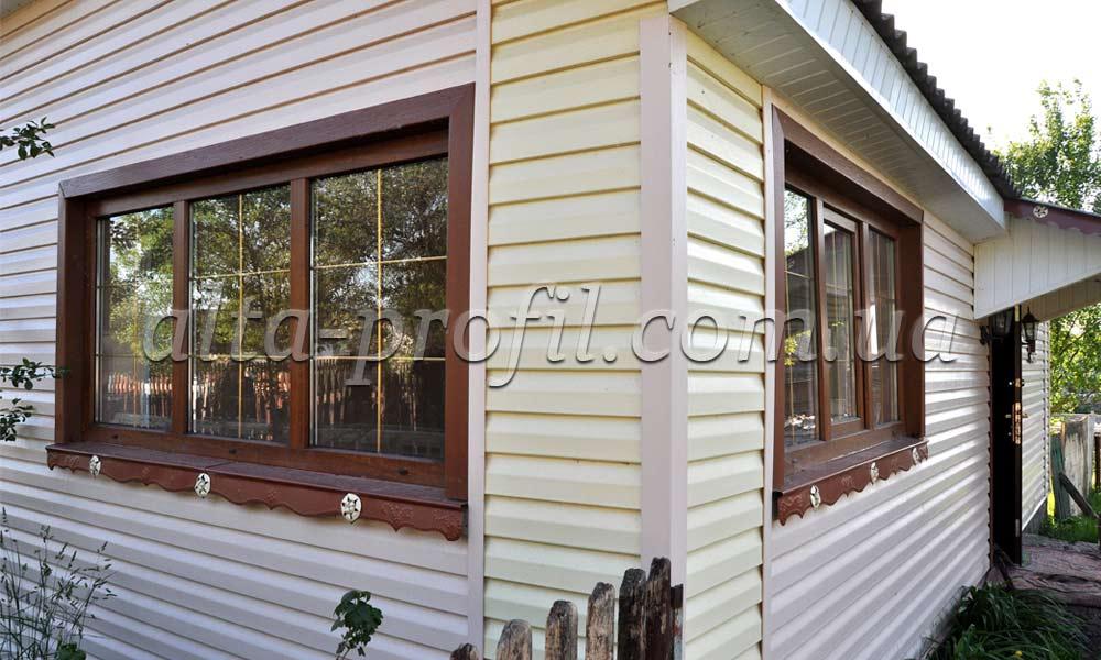 Оригинальное обрамление окон фасада с сайдингом