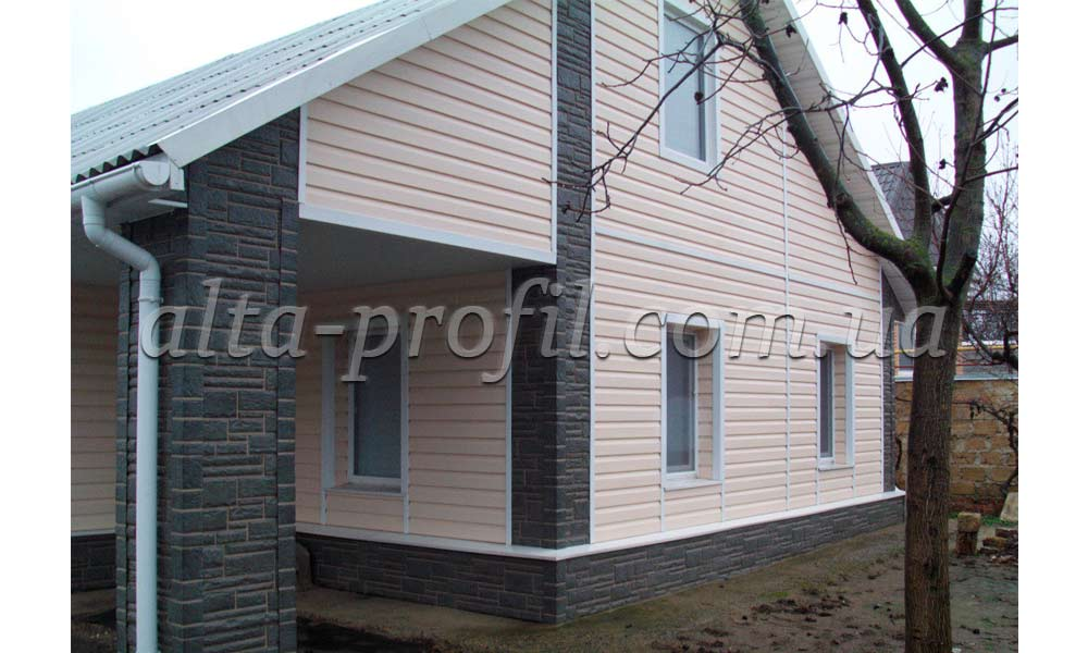 серый цоколь и розовый сайдинг на доме