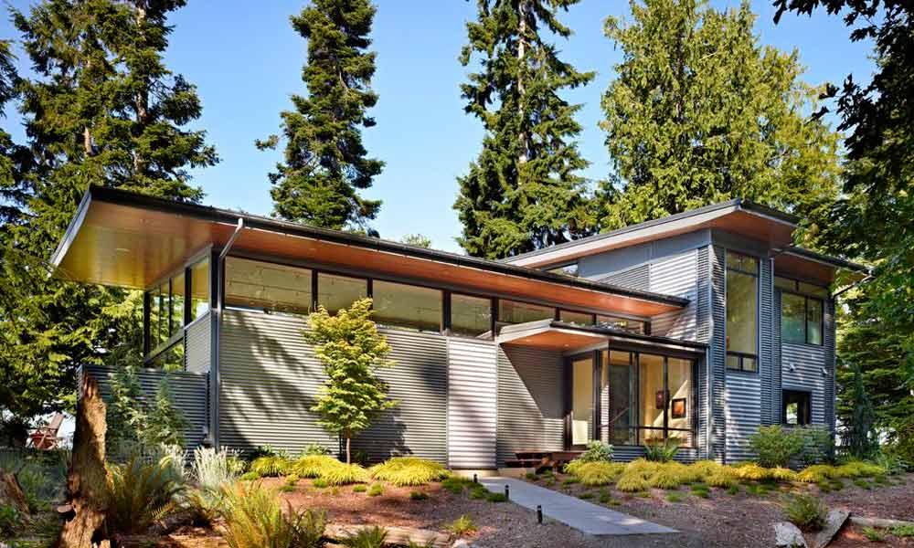 серый сайдинг на доме в лесу, фото