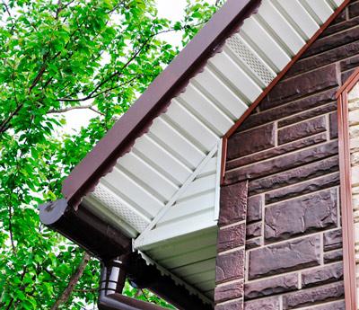 Подшивка крыши софитом: преимущества материала